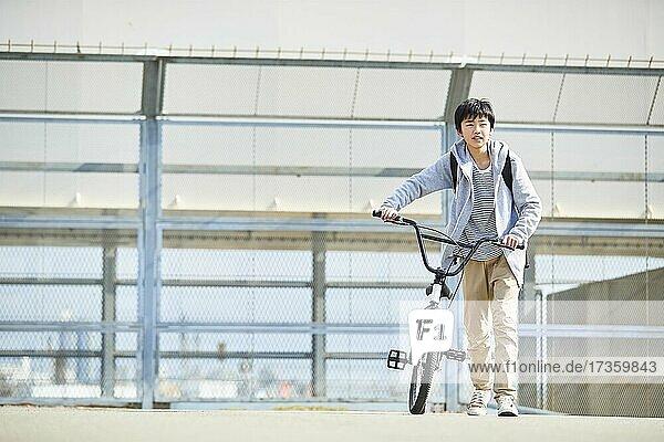 Japanischer Junge in der Innenstadt