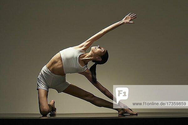 Japanische Frau übt Yoga
