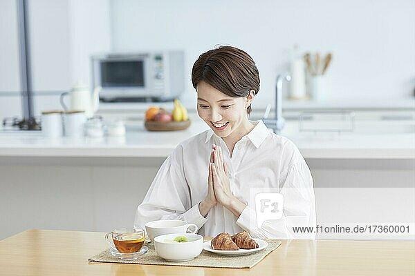 Japanerin beim Essen zu Hause
