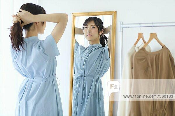 Japanische Frau macht sich zu Hause fertig