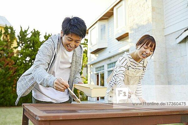 Japanische Freunde arbeiten im Garten