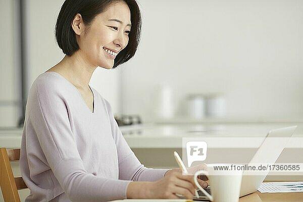Japanerin arbeitet von zu Hause aus