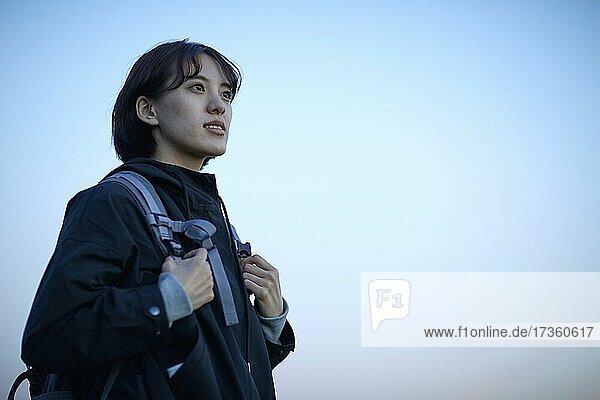 Japanische Frau beim Wandern