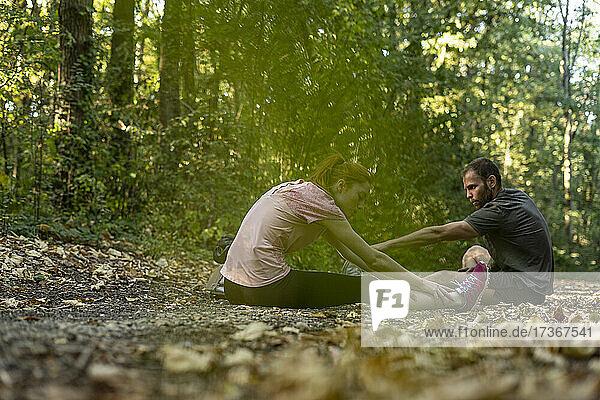 Junges Paar beim Sport auf einem Feldweg im Wald Junges Paar beim Sport auf einem Feldweg im Wald