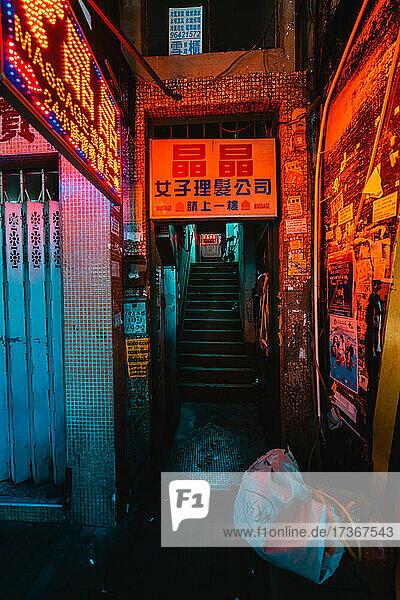 Ansicht eines Gebäudes mit Treppenhaus und Schild in Hongkong
