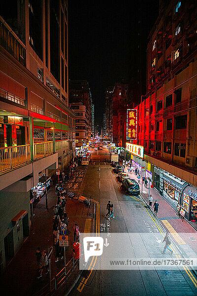 Stadtstraße mit lokalen Marktständen bei Nacht in Hongkong