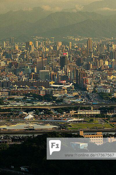 Blick auf eine belebte Stadtlandschaft mit modernen Gebäuden in Taiwan Blick auf eine belebte Stadtlandschaft mit modernen Gebäuden in Taiwan