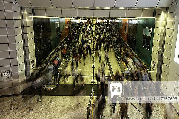 Geschäftige Pendler in einer U-Bahn-Station während der Hauptverkehrszeit in Hongkong