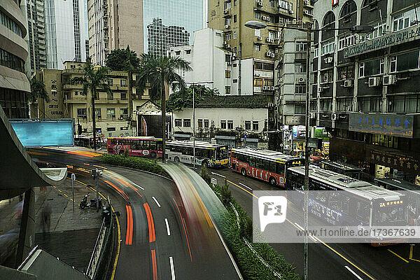 Fließender Verkehr auf einer Straße in Macao