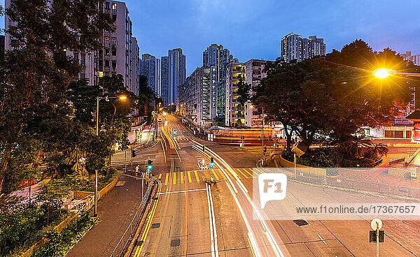 Blick auf Lichtspuren in einer Straße in Hongkong