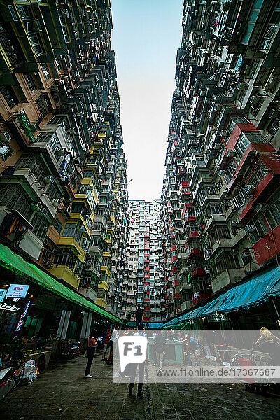 Blick auf überfüllte Wohngebäude in Hongkong
