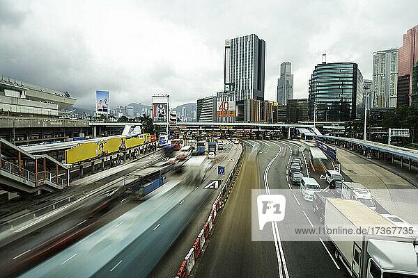 Verkehr auf der Brücke mit modernem Wolkenkratzer im Hintergrund  Hongkong