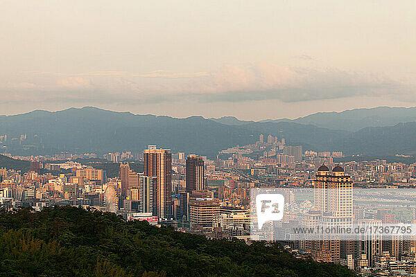 Blick auf eine Stadtlandschaft mit modernen Gebäuden in Taipeh