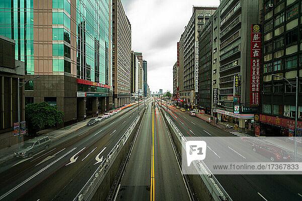 Blick auf eine Stadtlandschaft mit Fahrzeugen  die sich auf der Straße in Taiwan bewegen