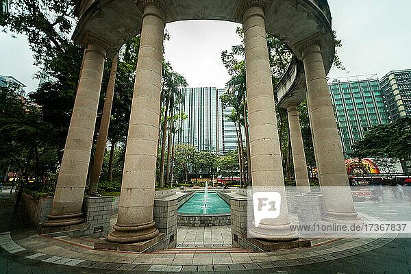 Blick auf Springbrunnen und Säulen im Jubiläumsgarten des Stadtrats