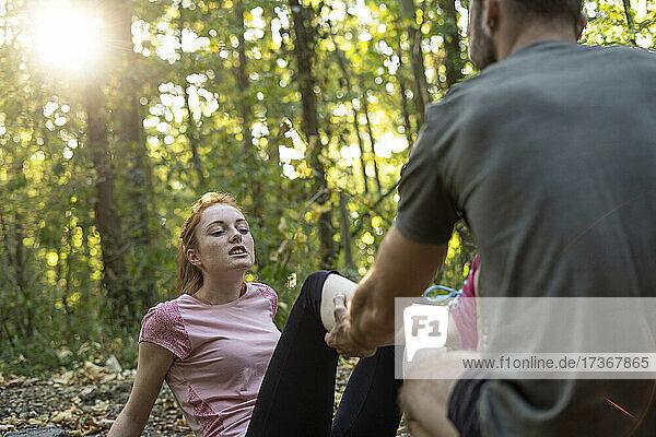 Junges Paar beim Sport auf einem Feldweg im Wald