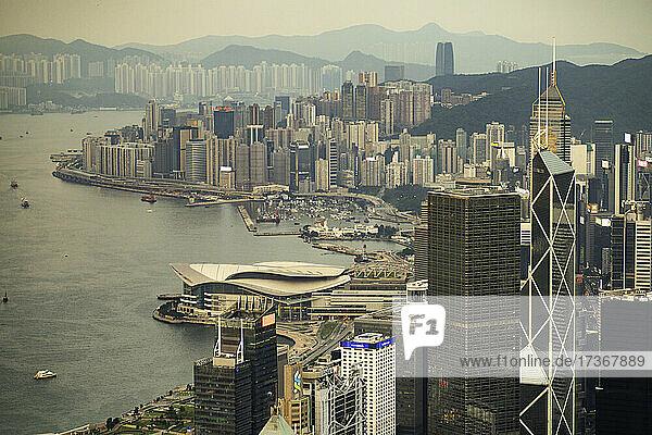 Blick auf eine Stadtlandschaft mit Bürogebäuden in der Nähe des Victoria-Hafens  Hongkong