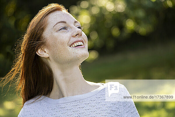Nahaufnahme einer lächelnden jungen Frau im Park