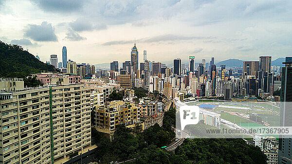 Blick auf eine moderne Stadtlandschaft mit Stadion in Hongkong