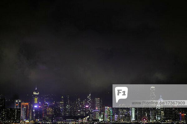 Blick auf eine beleuchtete Stadtlandschaft mit Wolkenkratzer in der Nähe des Victoria Harbour in Hongkong Blick auf eine beleuchtete Stadtlandschaft mit Wolkenkratzer in der Nähe des Victoria Harbour in Hongkong