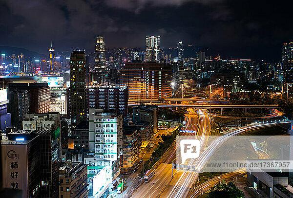 Blick auf eine Stadtlandschaft mit Verkehr auf der Straße bei Nacht  Hongkong