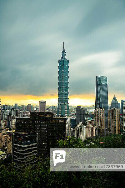 Blick auf das Stadtbild mit Taipei 101 und Taipei Nan Shan Plaza in Taiwan Blick auf das Stadtbild mit Taipei 101 und Taipei Nan Shan Plaza in Taiwan