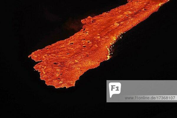 Lavastrom fließt talwärts  Lava entzündet Feuer  Rauch  Dampf  Fagradalsfjall  Reykjanes  Grindavik  Island  Europa Lavastrom fließt talwärts, Lava entzündet Feuer, Rauch, Dampf, Fagradalsfjall, Reykjanes, Grindavik, Island, Europa