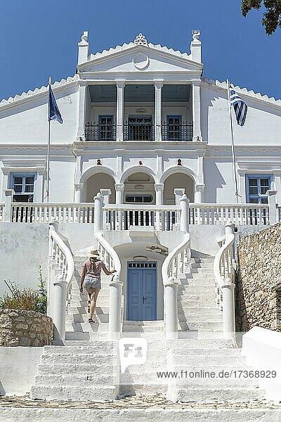 Frau geht auf Treppe  Herrenhaus mit geschwungenen Treppen  Chalki  Dodekanes  Griechenland  Europa Frau geht auf Treppe, Herrenhaus mit geschwungenen Treppen, Chalki, Dodekanes, Griechenland, Europa