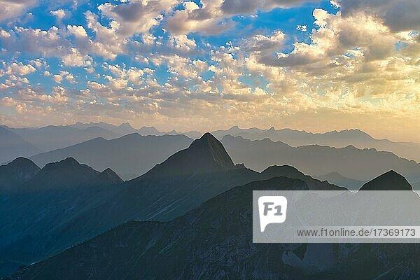 Ausblick von Brienzer Rothorn auf Berner Alpen  Wolkenstimmung in Abenddämmerung  Kanton Bern  Schweiz  Europa Ausblick von Brienzer Rothorn auf Berner Alpen, Wolkenstimmung in Abenddämmerung, Kanton Bern, Schweiz, Europa