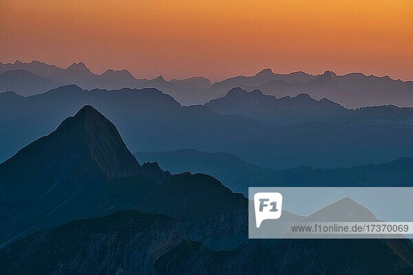 Ausblick von Brienzer Rothorn auf Berner Alpen in der Abenddämmerung  Kanton Bern  Schweiz  Europa Ausblick von Brienzer Rothorn auf Berner Alpen in der Abenddämmerung, Kanton Bern, Schweiz, Europa