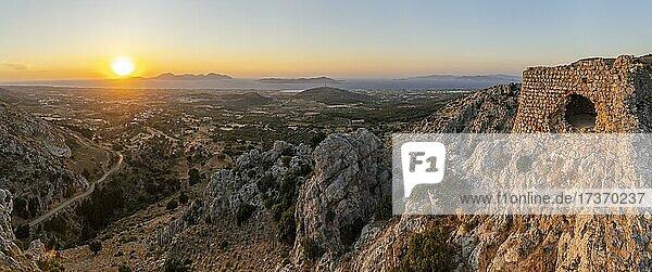 Blick über die Insel aufs Meer  Burgruinen der Burg Paleo Pyli  Sonnenuntergang  Kos  Dodekanes  Griechenland  Europa Blick über die Insel aufs Meer, Burgruinen der Burg Paleo Pyli, Sonnenuntergang, Kos, Dodekanes, Griechenland, Europa