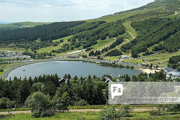 Blick auf den Lac des Hermines und den Wintersportort Super-Besse im regionalen Naturpark Auvergne-Vulkane  Departement Puy de Dome  Auvergne-Rhone-Alpes  Frankreich  Europa Blick auf den Lac des Hermines und den Wintersportort Super-Besse im regionalen Naturpark Auvergne-Vulkane, Departement Puy de Dome, Auvergne-Rhone-Alpes, Frankreich, Europa
