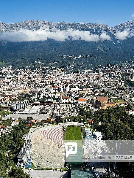 Blick von der Bergisel Schanze hinab zum Stadion  Skispringer  dahinter die Stadt Insbruck  am Horizont die Nordkette  Innsbruck  Tirol  Österreich  Europa Blick von der Bergisel Schanze hinab zum Stadion, Skispringer, dahinter die Stadt Insbruck, am Horizont die Nordkette, Innsbruck, Tirol, Österreich, Europa