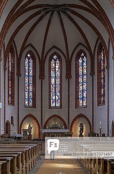 Eine Frau steht andächtig in der katholischen St. (Gallus) Kirche  Ladenburg  Baden-Württemberg  Deutschland  Europa Eine Frau steht andächtig in der katholischen St. (Gallus) Kirche, Ladenburg, Baden-Württemberg, Deutschland, Europa