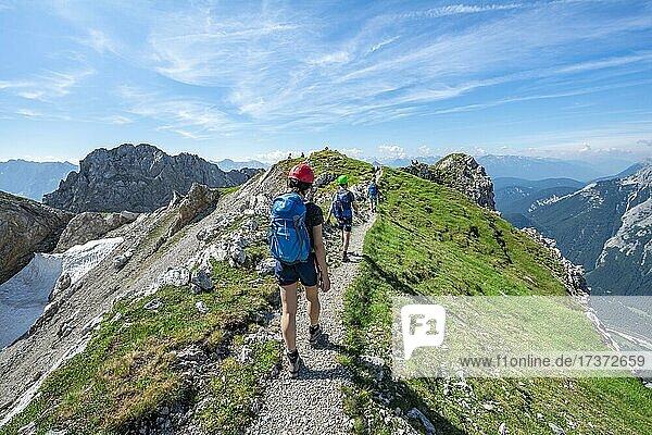 Bergsteiger wandern auf einem Grat  Klettersteig Mittenwalder Höhenweg  Karwendelgebirge  Mittenwald  Bayern  Deutschland  Europa