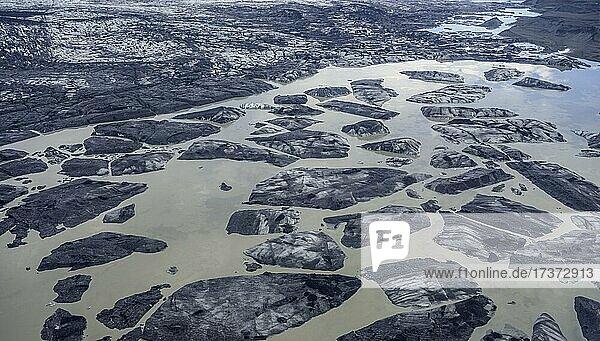 Gletschersee mit von Lavasand gefärbten Eisbergen  Flugaufnahme  Skaftafell  Austurland  Island  Europa Gletschersee mit von Lavasand gefärbten Eisbergen, Flugaufnahme, Skaftafell, Austurland, Island, Europa
