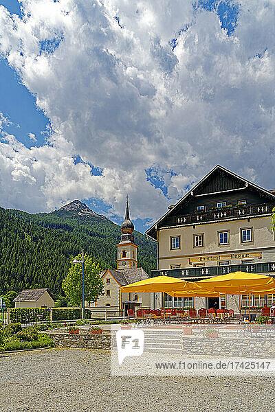 Pfarrkirche Heiliges Kreuz  Landhotel Postgut  seit 1549  Biergarten