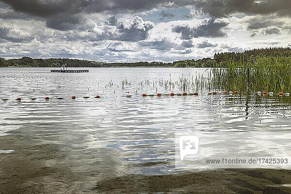 Menschenleere Badestelle am Pohlsee (Kreis Rendsburg-Eckernförde) an einem bewölkten Sommertag