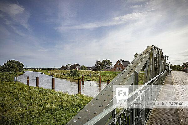 Die historische Klevendeicher Drehbrücke führt über den Fluss Pinnau