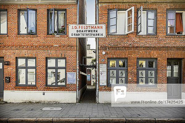 Zwei unter Denkmalschutz stehende Arbeiterwohnhäuser in hamburg-typischer Backsteinarchitektur rahmen den Durchgang zur ehemaligen (und ebenfalls denkmalgeschützter) Drahtstiftfabrik J. D. Feldtmann in der Zeißstra0e in Hamburg-Ottensen. Dort haben diverse kulturelle Einrichtungen sowie das Stadtteilarchiv ihren Sitz.