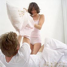 Glückliches Paar in Kissenschlacht