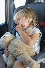 Junges Mädchen in einem Auto schlafen
