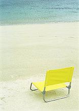 Liegestuhl am Strand von leeren