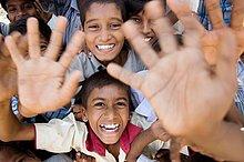 Glücklichen Kinder wegen der humanitären Hilfe. Sri Lanka.