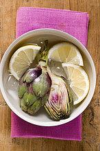 Frische Artischocken in Zitronenwasser