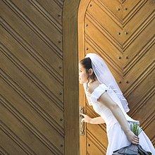 Eine Braut auf der Suche durch die Kirchen Türen