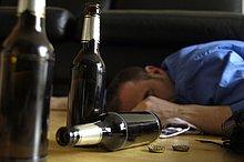 Betrunkener auf Boden liegend