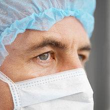 Nahaufnahme des Chirurgen tragen Scrubs – Die Anfänger und chirurgische Maske