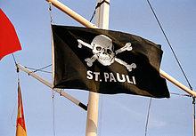 St. Pauli-Flag auf der Reeperbahn in Hamburg