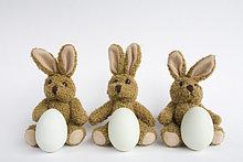 Drei gefüllte Osterhasen mit Eiern, Nahaufnahme